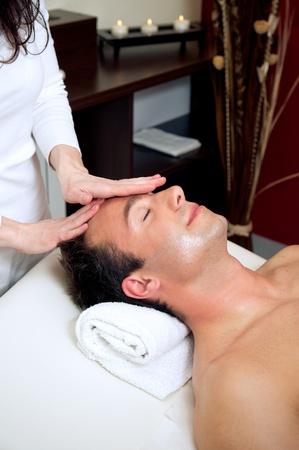 Homme ayant un massage de la tête