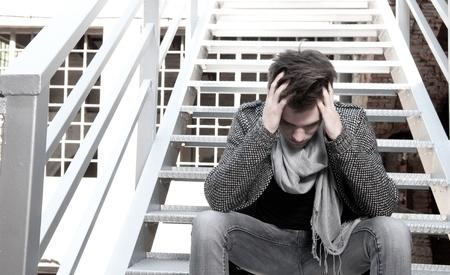 smutny mężczyzna: Guy depresji siedzÄ…cy po schodach Zdjęcie Seryjne