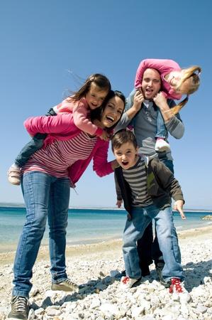 familia unida: Familia feliz que se divierten en el mar