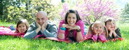Famille heureuse, étendu sur une couverture Banque d'images