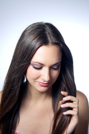 Beautiful caucasian Girl holding ihr Haar