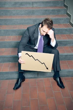 Desesperado empresario mostrando negativo gráfico