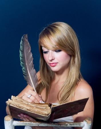 Mooie Jonge Vrouw Schrijven In oud boek met Quill Pen