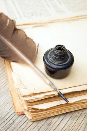 Oud boek, pen en zwarte inkt
