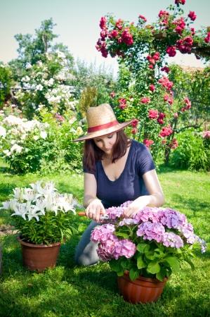 Jonge vrouw die in haar tuin