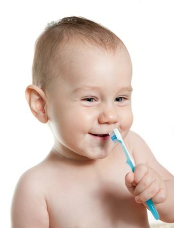 Leuke baby reiniging tanden en glimlach. Witte achtergrond. Stockfoto