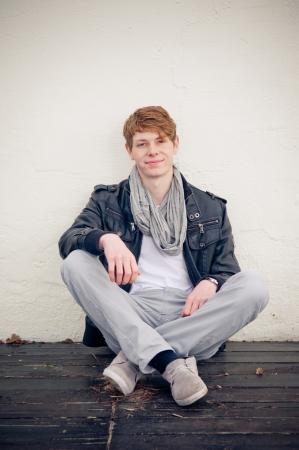 Cool jonge man zittend op de vloer