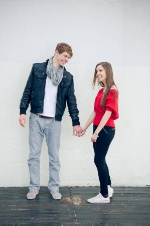 pareja de adolescentes: Feliz fresco adolescentes pareja de la mano Foto de archivo