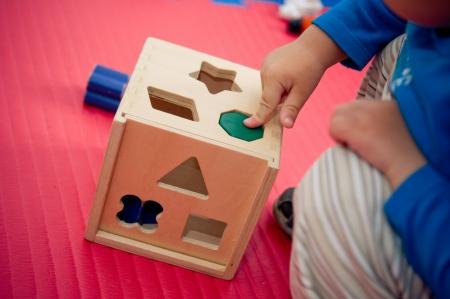Peuter spelen met houten vorm sorter