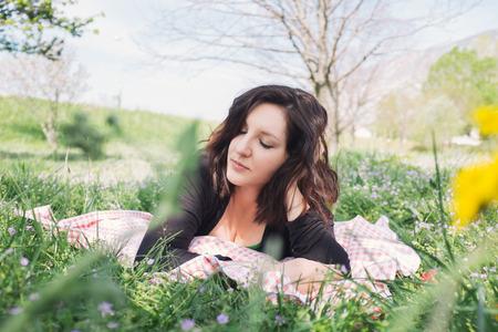 closed eyes: Vrouwen met gesloten ogen liggen op een picknick deken