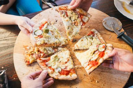 italienisches essen: Gruppe von Menschen essen leckere Pizza