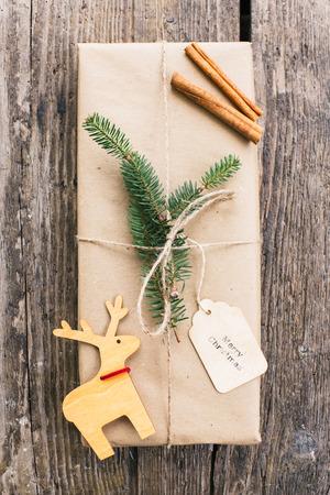 Zelfgemaakte verpakt kerstcadeau op houten oppervlak
