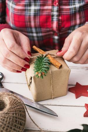 Vrouw verpakking koele kerst cadeau Stockfoto - 33487332