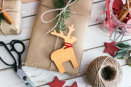 Hausgemachte gewickelt Weihnachtsgeschenke mit Werkzeugen und Dekorationen