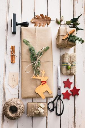 Zelfgemaakte verpakte Kerstmis stelt met de natuur elementen