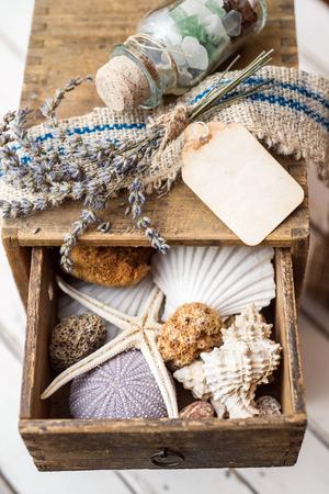 Kleine lade met de zomer souvenirs binnenkant