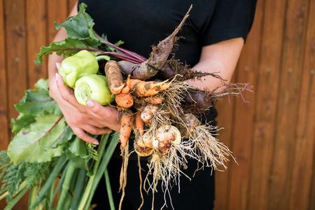 おいしい新鮮な野菜を保持する女性