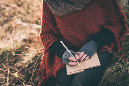 paisaje rural: Mujer que escribe en el cuaderno