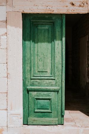 Puertas verdes viejas en la ciudad de Hvar Foto de archivo - 79698756