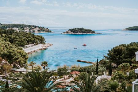 Mooi zomertoevlucht en stranden in Hvar, Kroatië