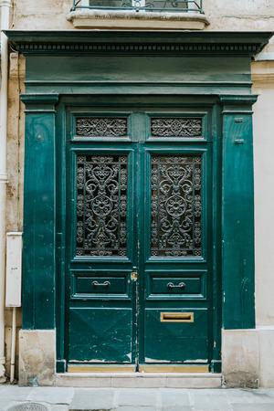 Oude groene deuren in Parijs