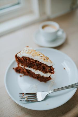 Worteltaart en koffie in café Stockfoto