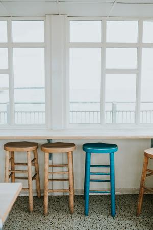 Het lege café met houten stoelen bij het raam