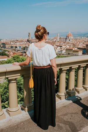 Vrouw kijken naar de stad Florence
