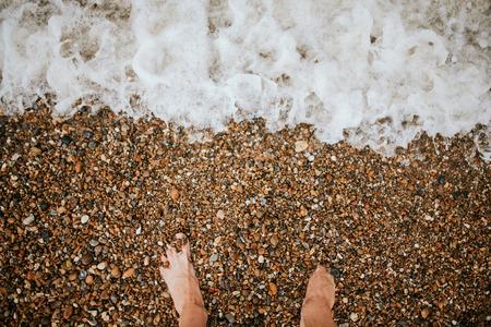 Bovenaanzicht van man blote voeten op de bach