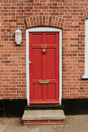 Klassieke rode houten deur in Engeland