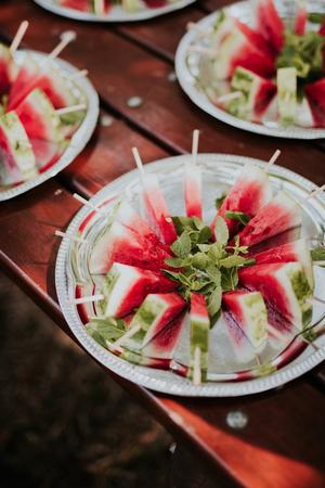 Watermeloen slice ijslolly met munt op metalen plaat Stockfoto