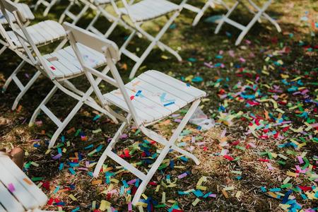 Confetti op stoelen na bruiloft
