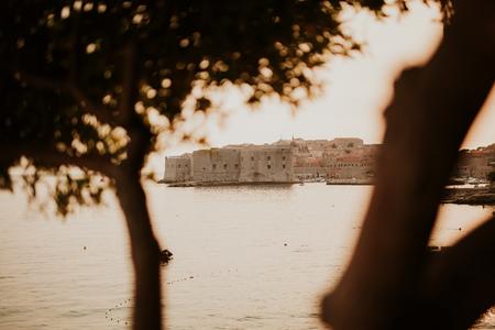 Mooie oude stad van Dubrovnik in zonsondergang