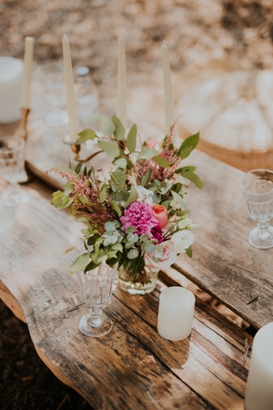 Huwelijksdecoratie op oude houten lijst