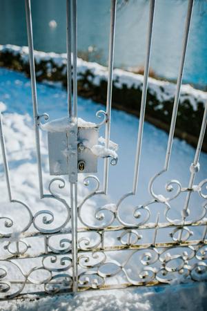 Oude metalen deuren onder de sneeuw Stockfoto