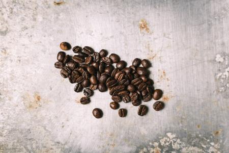 Geroosterde koffieboon op vintage metalen oppervlak