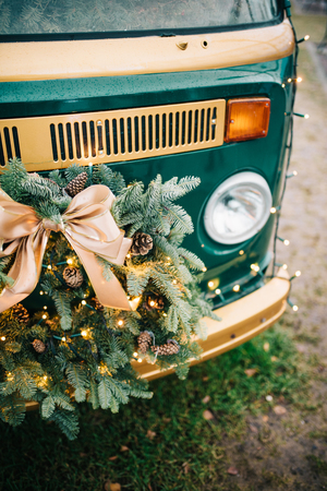 Kerstkrans op vintage busje