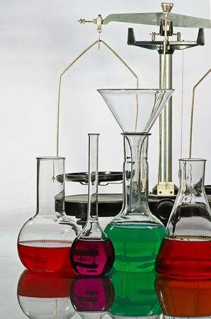laboratory balance: l'equilibrio e la vetreria di laboratorio con un liquido