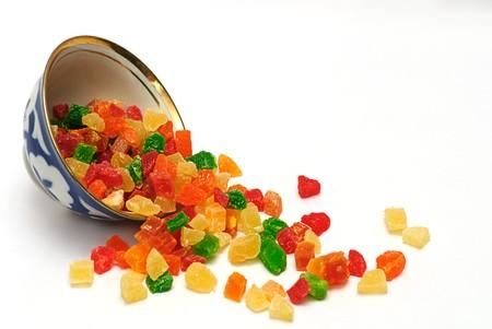 frutta candita in tazza isolato