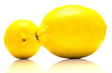 reflexion: maduras con jugosos limones real reflexi�n sobre blanco. Aislamiento.