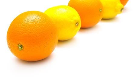 reflexion: El conjunto de las naranjas maduras y de color amarillo lim�n con verdadera reflexi�n sobre blanco, someras DOF. Aislamiento