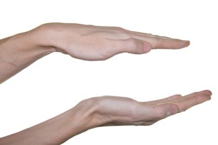 decreasing in size: Il maschio mani mostrando le piccole dimensioni. Isolamento su uno sfondo bianco