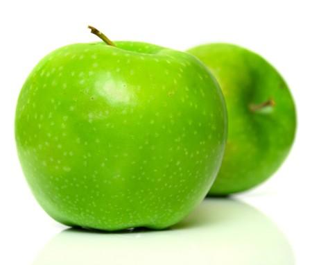 reflexion: Las manzanas verdes con verdadera reflexi�n sobre fondo blanco. Aislamiento