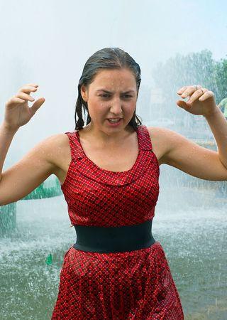 wet clothes: La ni�a en la ropa mojada en una fuente de la ciudad
