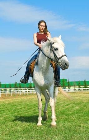 racehorses: De lachende meisje omvat een wit paard tegen de zomer landschap