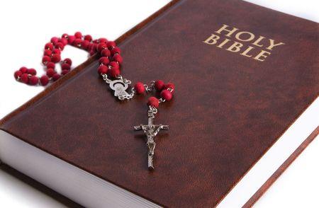 różaniec: The Holy Bible wyświetlane z czerwonym różaniec na nim. Koncentrują się na krzyż różaniec. Idealne na Wielkanoc i Boże Narodzenie tematu.