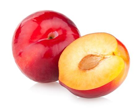 ciruela: ciruelas rojas aisladas en blanco