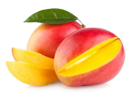 흰색 배경에 고립 된 망고 열매