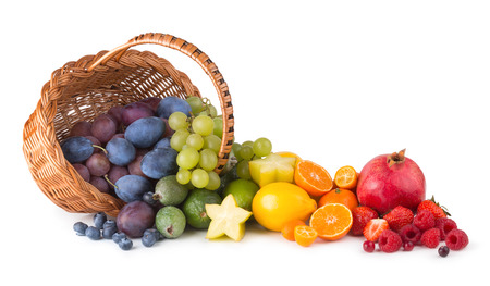 cesta de frutas: canasta con frutas maduras Foto de archivo