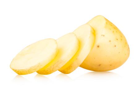 papas: la patata en rodajas aisladas sobre fondo blanco
